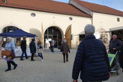 Besucher Richtung Tor